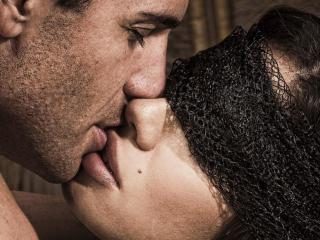 обои Поцелуй с закрытыми глазами фото