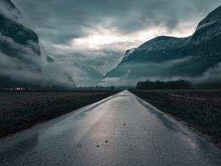 обои Дорога у гор в свинцовом тумане фото