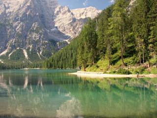 обои Живописное озеро у крутой горы фото