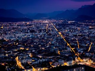 обои Ночной город с золотой цепью дорог фото