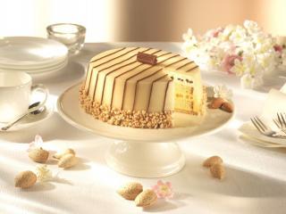 обои Ореховый торт и белая посуда фото
