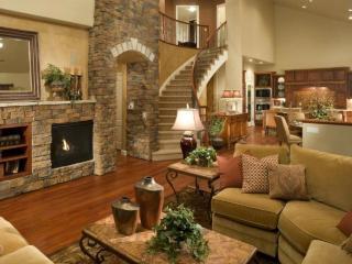 обои Гостиная с камином и лестницей фото