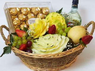 обои Натюрморт - Корзина с мартини,   шоколадом и фруктами фото
