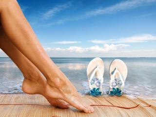обои Женские ножки у воды фото