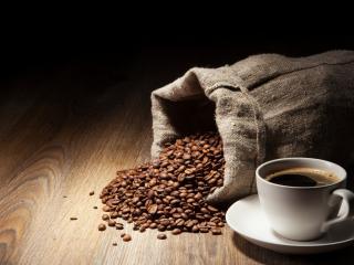 обои Чашка кофе и рассыпанный мешок зерен фото