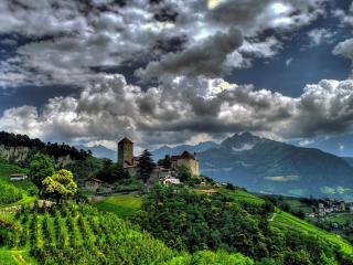 обои для рабочего стола: Облака над замком в горах