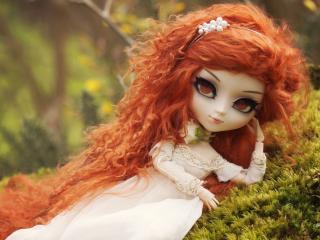 обои Рыжеволосая куколка на зеленой траве фото