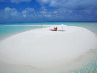 обои для рабочего стола: Девушка на белоснежном островке