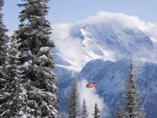 обои Вертолёт среди снежных гор фото