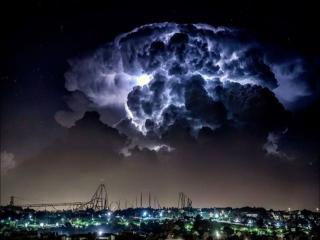 обои Грозовое облако,   освещенное молнией фото