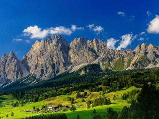 обои База отдыха на склоне каменистых гор фото