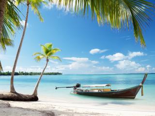 обои Одинокая лодка на тропическом острове фото