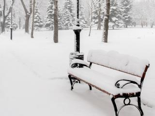 обои для рабочего стола: Скамейка в парке занесенная снегом