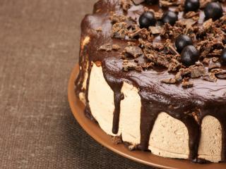 обои Шоколадно-сливочный торт на коричневом блюдце фото