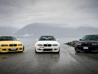 обои Три разноцветных BMW на берегу залива фото