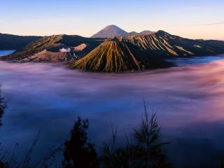 обои для рабочего стола: Долина вулканов в тумане