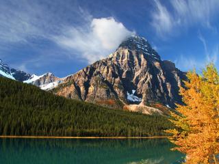 обои Озеро у каменной горы фото