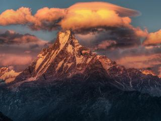обои Каменная гора цепляет облака фото