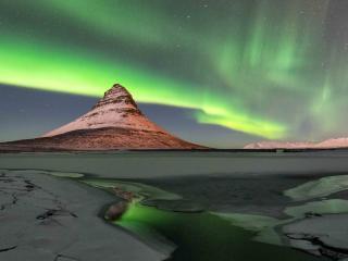 обои Одинокая вершина в северном сиянии фото