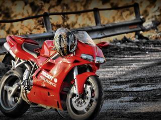 обои Красный Ducati на грязной трассе фото