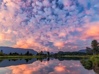 обои Пушистые облака над зеркальным озером фото