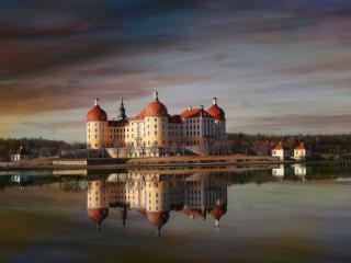 обои Роскошный замок на пруду фото