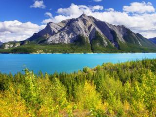 обои Каменная гора и синее озеро фото