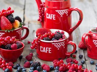 обои Спелые ягоды в кофейном сервизе фото