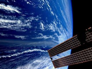 обои Земля и антенна космической станции фото