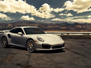 обои Белый Porsche под белыми облаками фото
