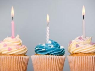 обои Три пирожных с горящими свечками фото