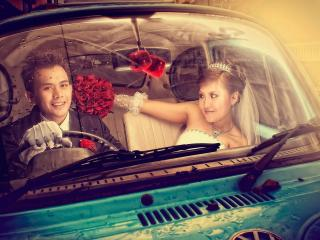 обои Молодожены в немецком автомобиле фото