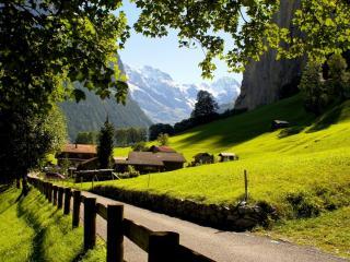 обои Дорога к альпийской деревушке фото