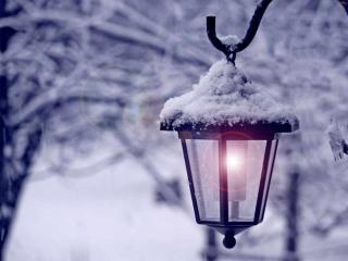 обои для рабочего стола: Маленький фонарик в снегу