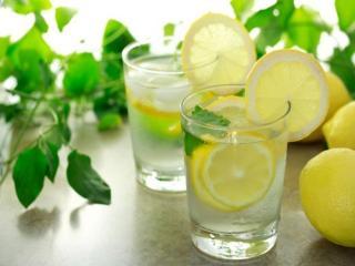 обои Вода с лимоном - напиток лета фото