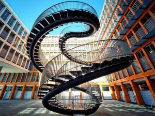 обои для рабочего стола: Лестница без начала и конца в Мюнхене