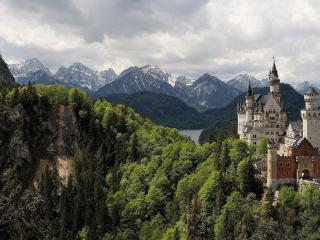 обои для рабочего стола: Замок среди живописных гор