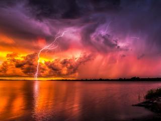 обои для рабочего стола: Вечерняя молния на озере