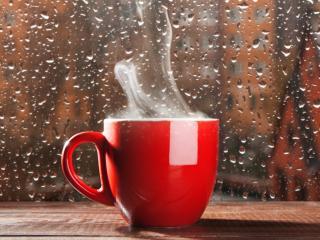 обои Дымящаяся чашка за мокрым стеклом фото
