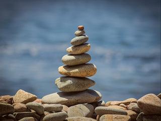 обои для рабочего стола: Пирамида из морских камней