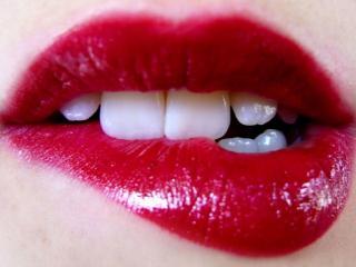 обои Прикус нижней губы фото