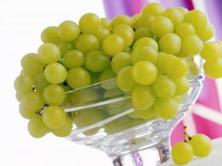 обои Зелёный виноград в стеклянной вазе фото