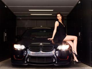обои Девушка на копоте чёрной машины фото