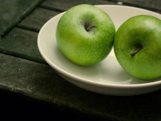 обои Зеленые яблоки на блюдце фото
