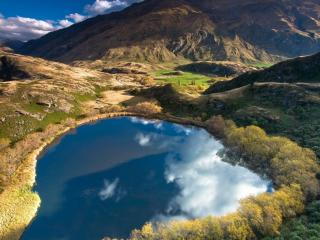 обои Горное озеро с отражающимися облаками фото