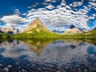 обои Острые вершины гор с прозрачным озером фото