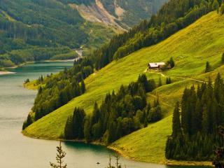 обои Домик у реки на склоне горы фото