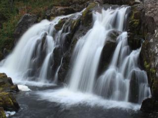 обои Водопад на камнях фото
