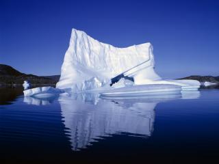 обои Большой айсберг посреди реки фото