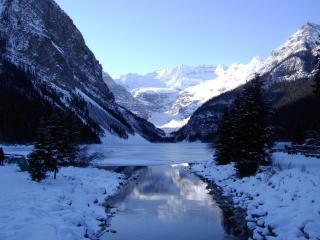 обои Не замерзший зимний ручей, среди заснеженных гор фото